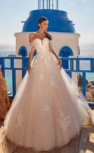 Платье А-силуэта пудрового оттенка с пышной юбкой и шлейфом
