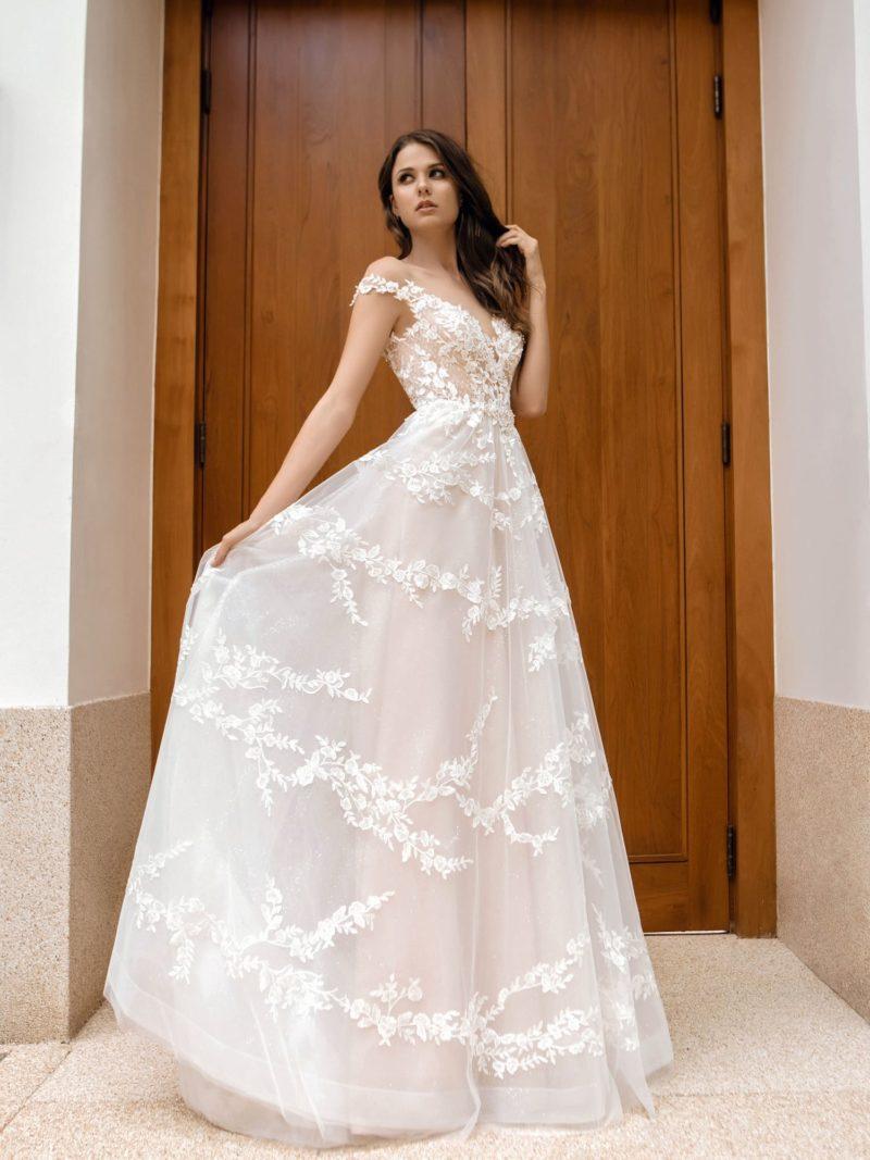 Нежное свадебное платье приталенного силуэта