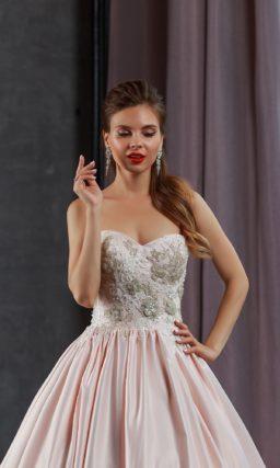 Атласное свадебное платье цвета персикового румянца