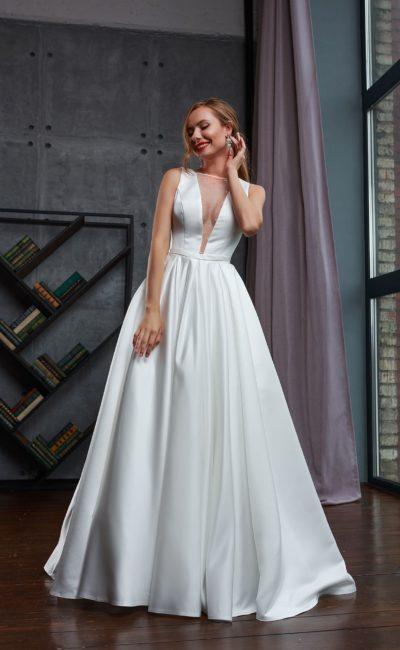 Белое свадебное платье из атласной ткани со шлейфом