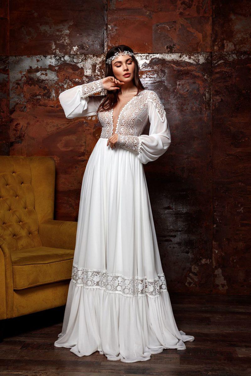 платье приталенного силуэта с кружевным декором в стиле этно