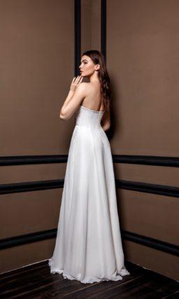 Прямое платье из белого атласа
