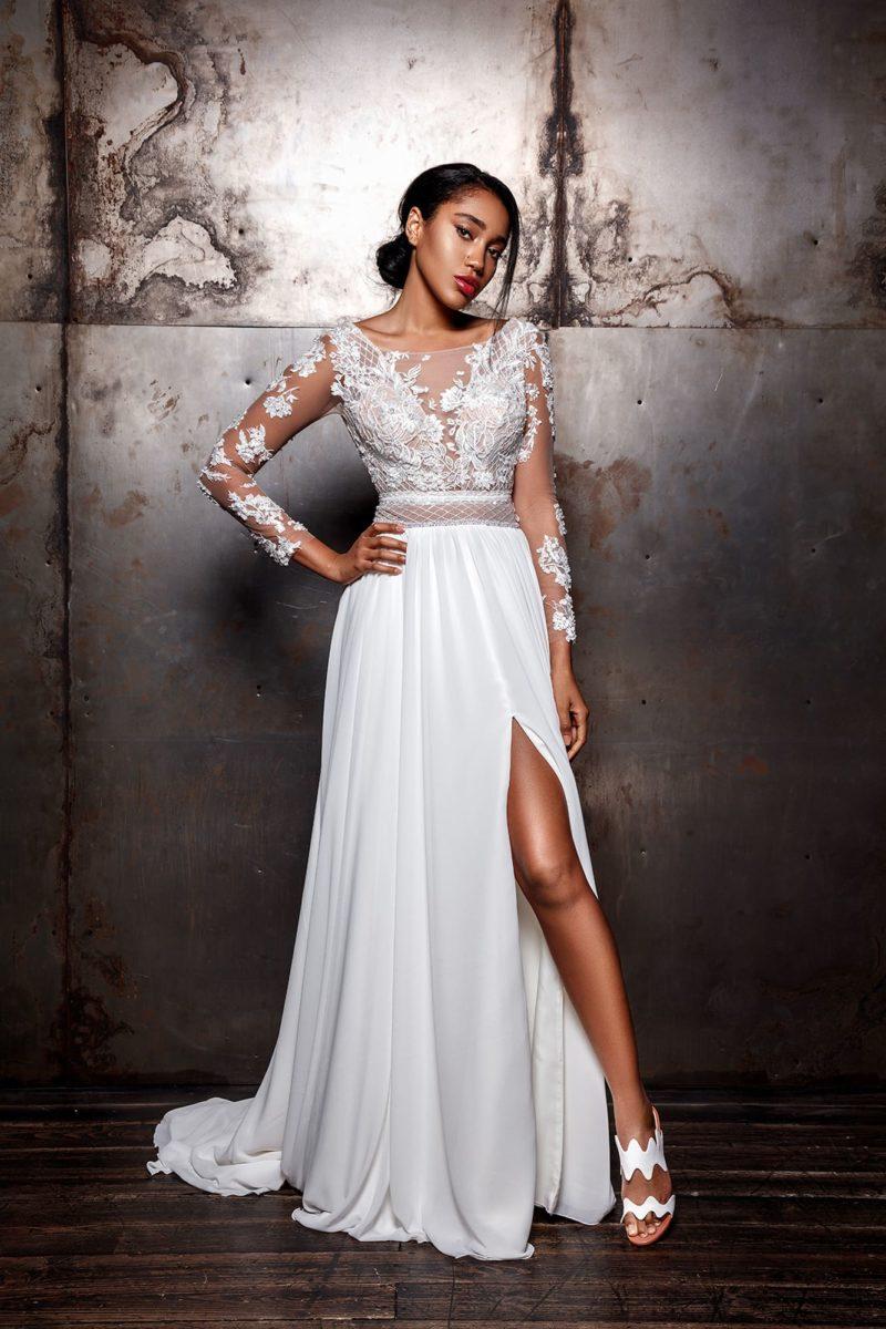 платье приталенного силуэта с длинными рукавами и шлейфом