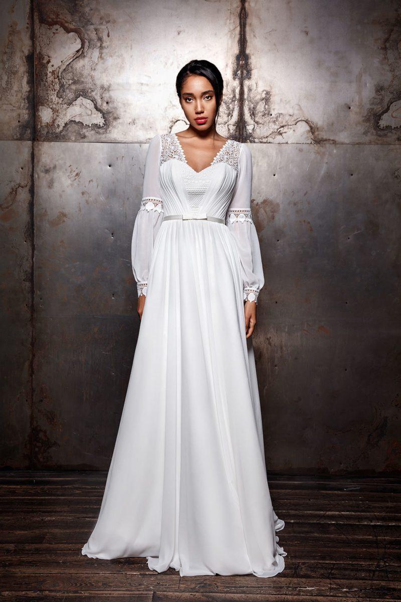 свадебное платье из белоснежного атласа с кружевным декором