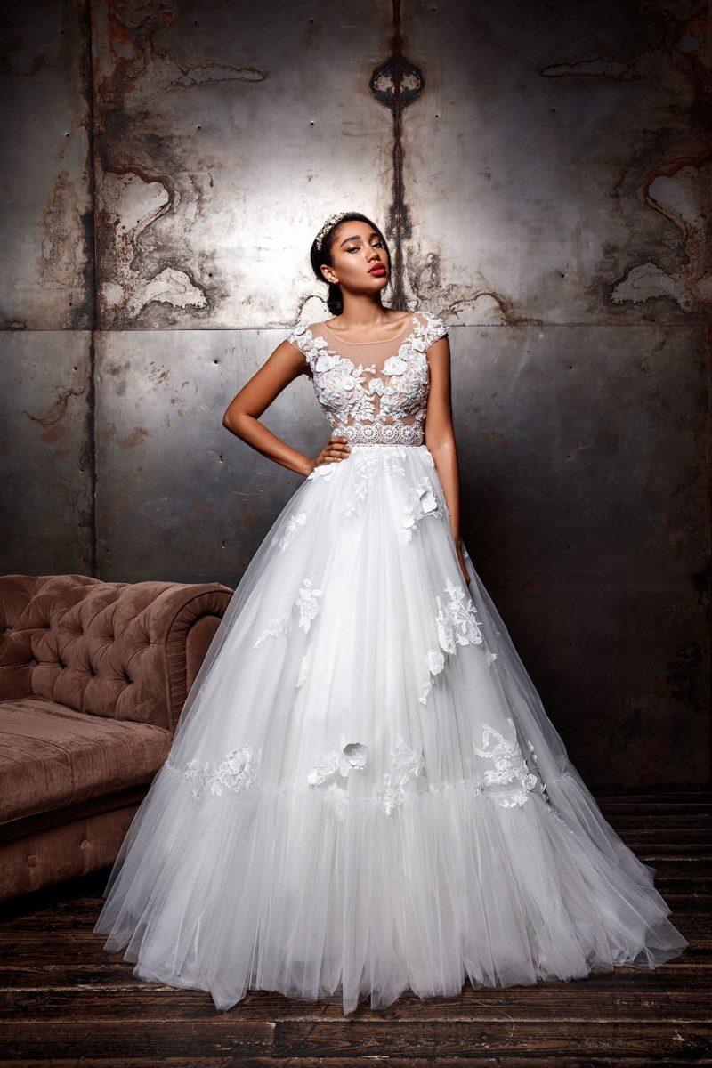 Пышное свадебное платье с эффектным декором