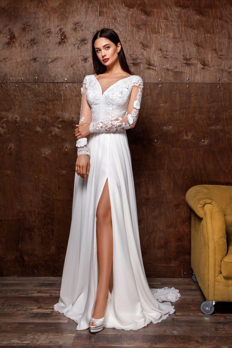 Свадебное платье приталенного силуэта с атласной юбкой