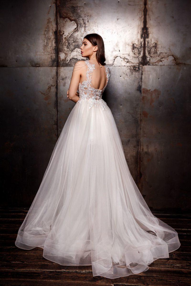 Пышное свадебное платье со шлейфом и утонченным декором