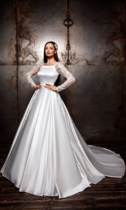платье из атласа с рукавами