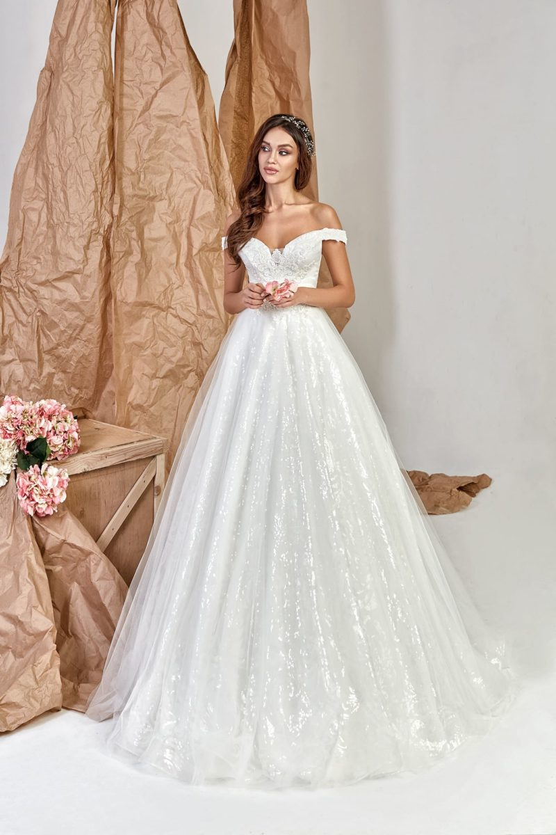 Платье силуэта «принцесса» с  необычным сиянием пышной юбки