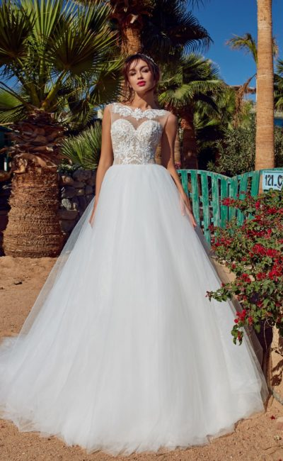 Белоснежное платье с пышной юбкой и роскошной вышивкой