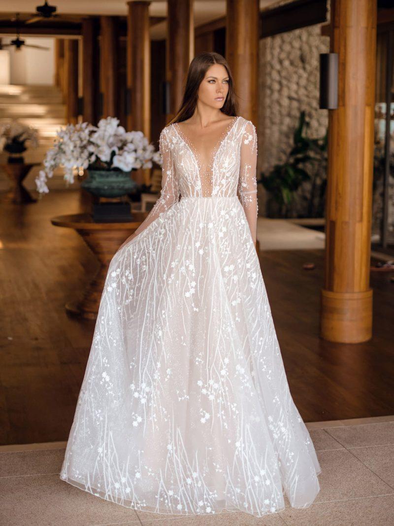 Приталенное свадебное платье с открытым верхом