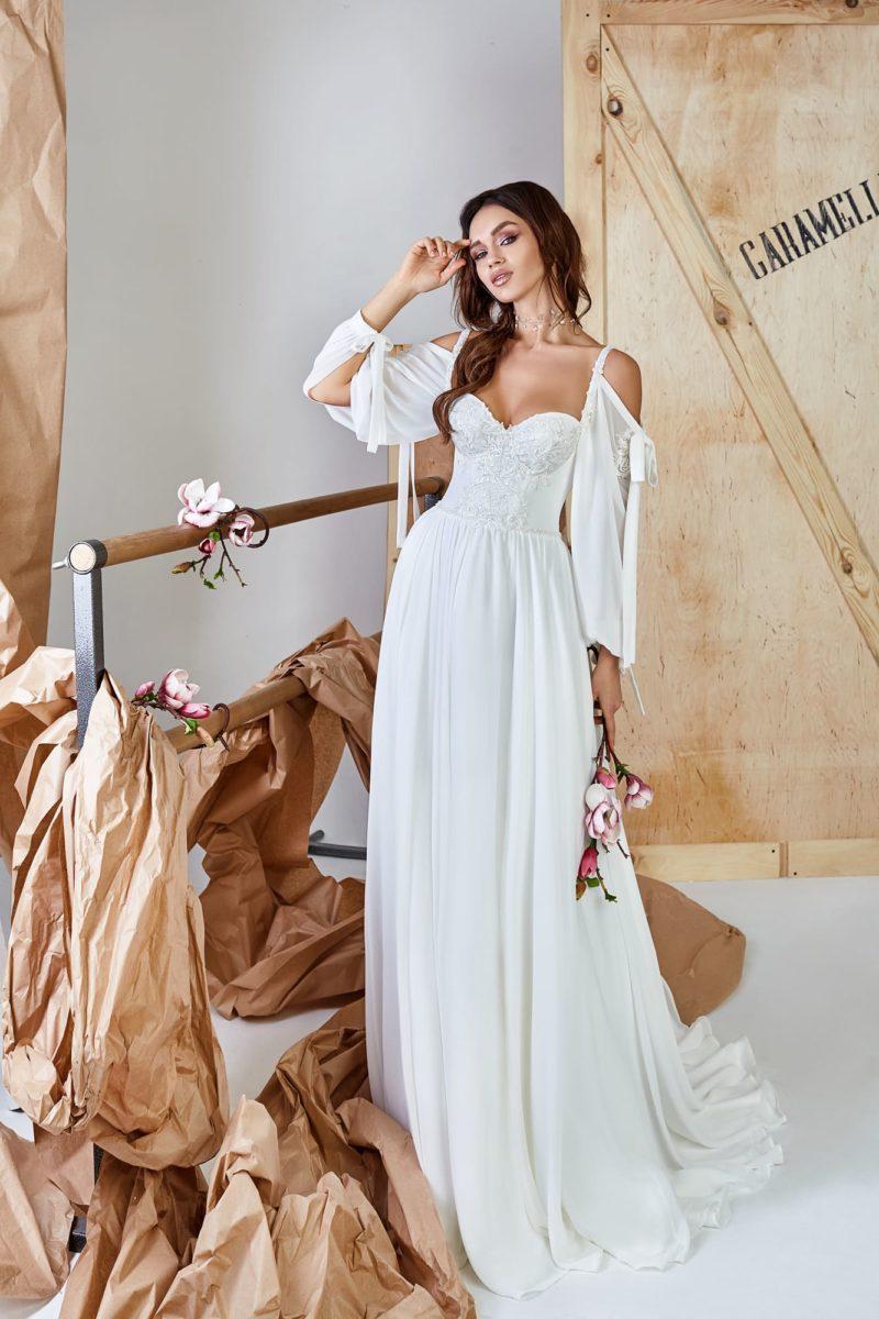 Атласное платье с прямой юбкой и рукавами