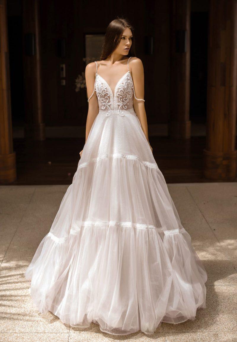 Необычное пышное свадебное платье с открытой спиной