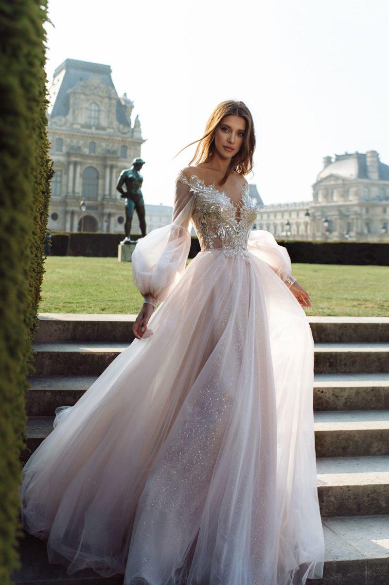 Нежно-розовое свадебное платье с пышной юбкой