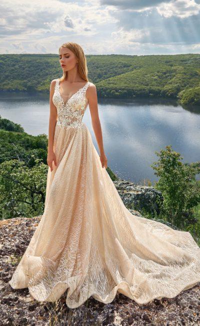 Свадебное платье с лаконичным прямым силуэтом и шлейфом