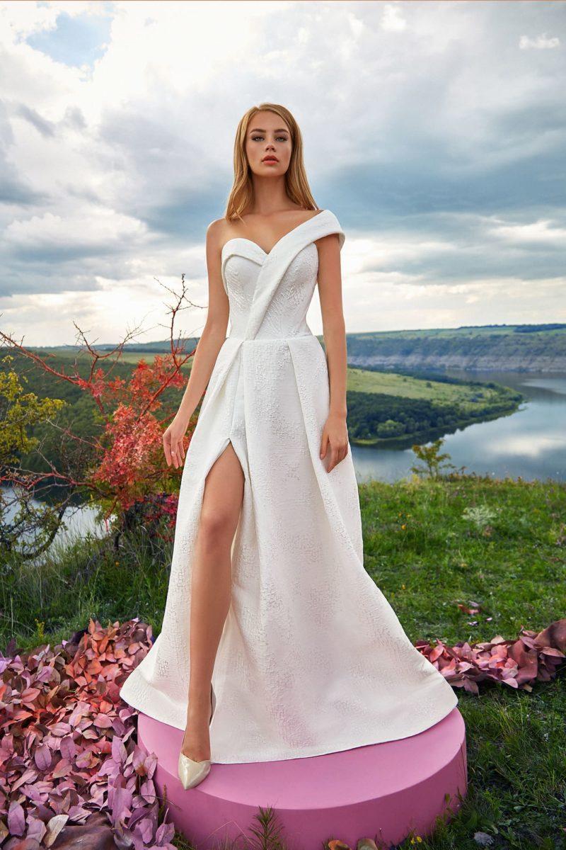 Оригинальное свадебное платье с высоким разрезом
