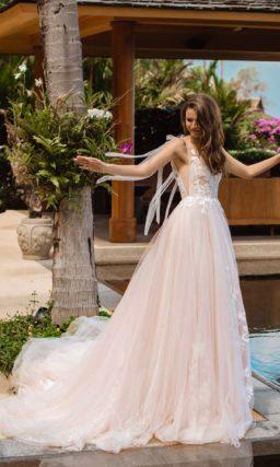 Пышное платье оттенка розовой пудры