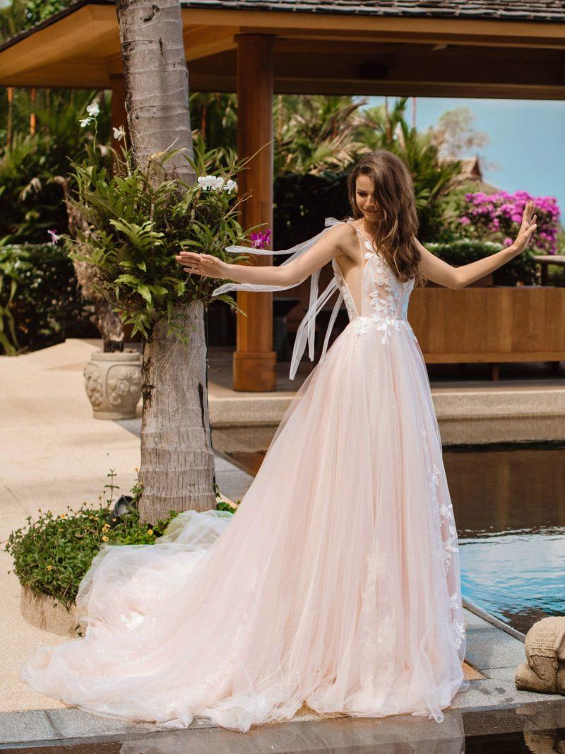 Пышное свадебное платье оттенка розовой пудры