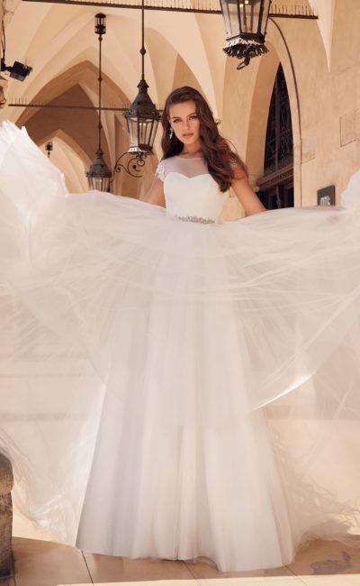 Пышное белое платье с воздушной юбкой