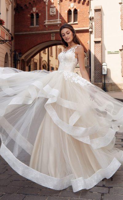 Пышное платье светлого оттенка айвори