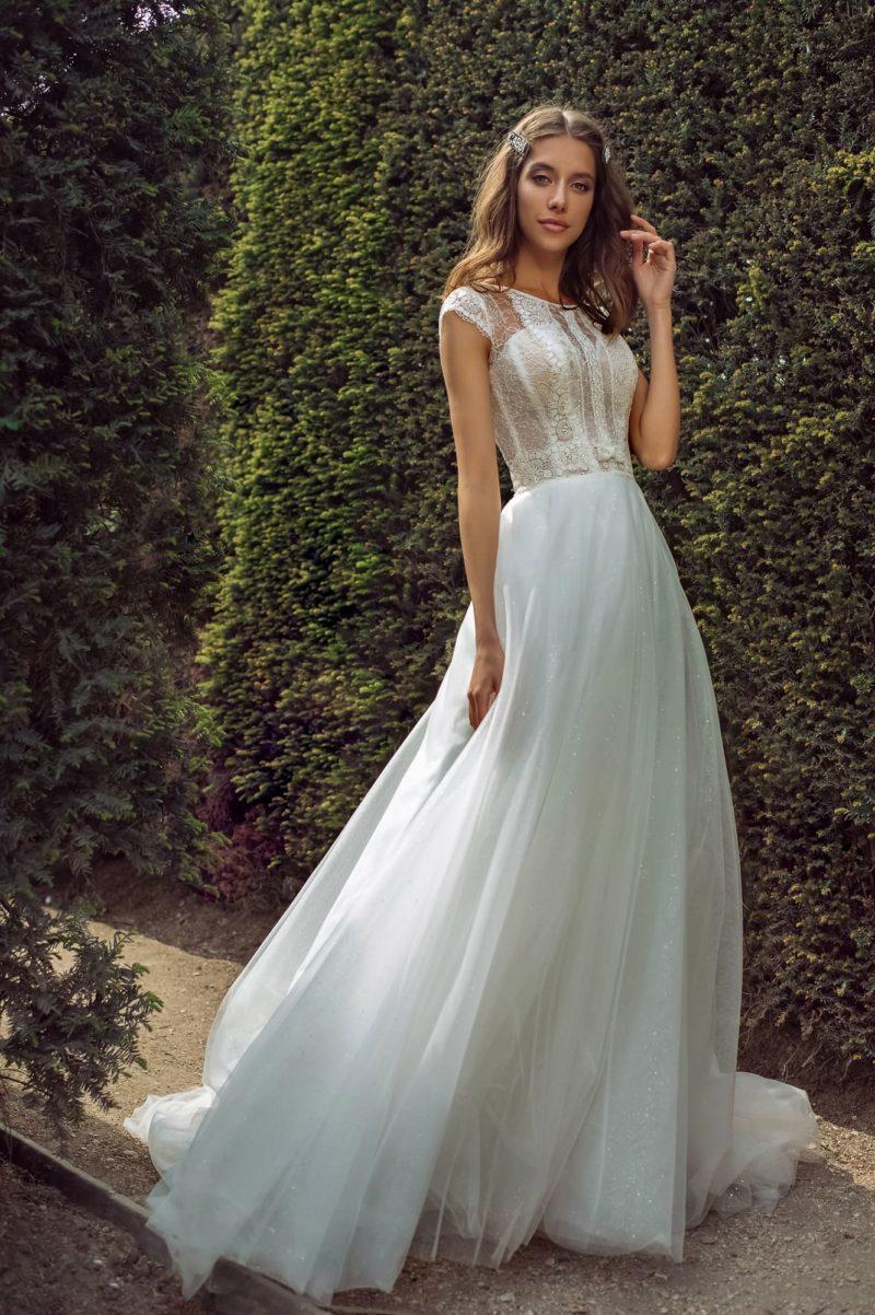 Свадебное платье с многослойной мерцающей юбкой