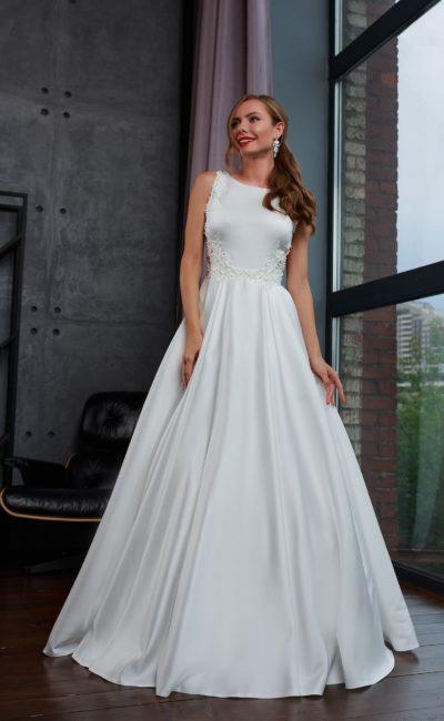 Свадебное платье из белоснежного атласа