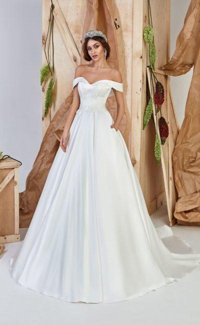 Минималистичное платье А-силуэта с деликатным декором