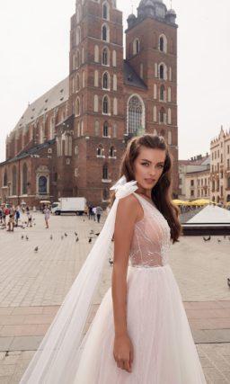 Приталенное платье пудрового оттенка с открытой спиной