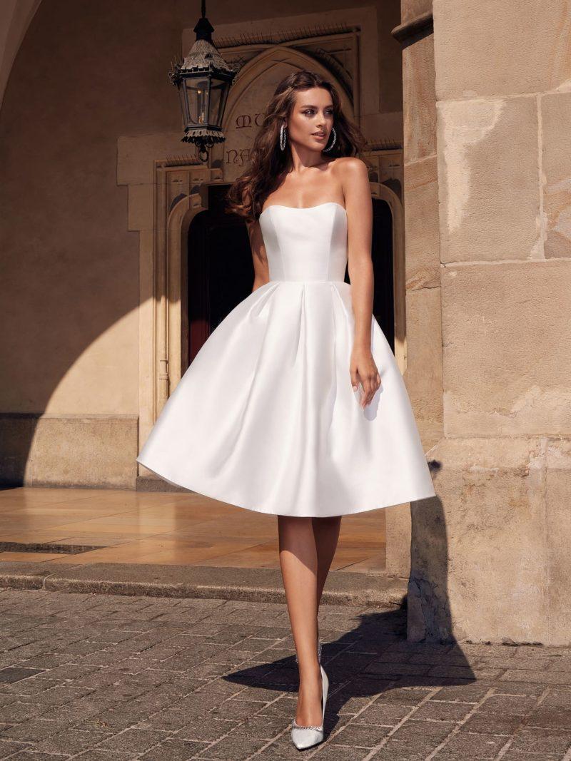 Короткое свадебное платье-бюстье из белоснежного атласа