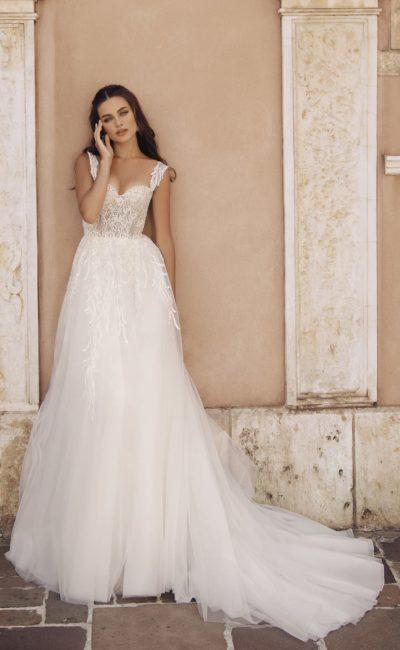 Приталенное платье светлого оттенка айвори со шлейфом