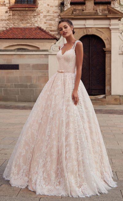 платье цвета розовой пудры с пышной юбкой