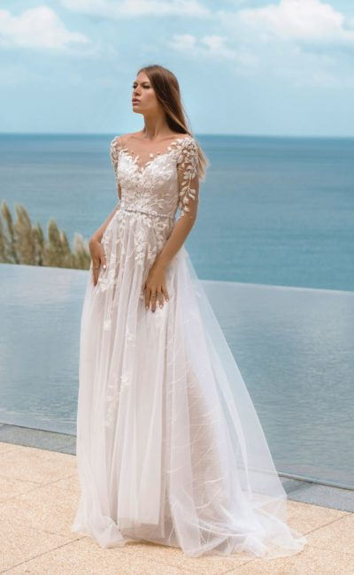 Легкое приталенное свадебное платье