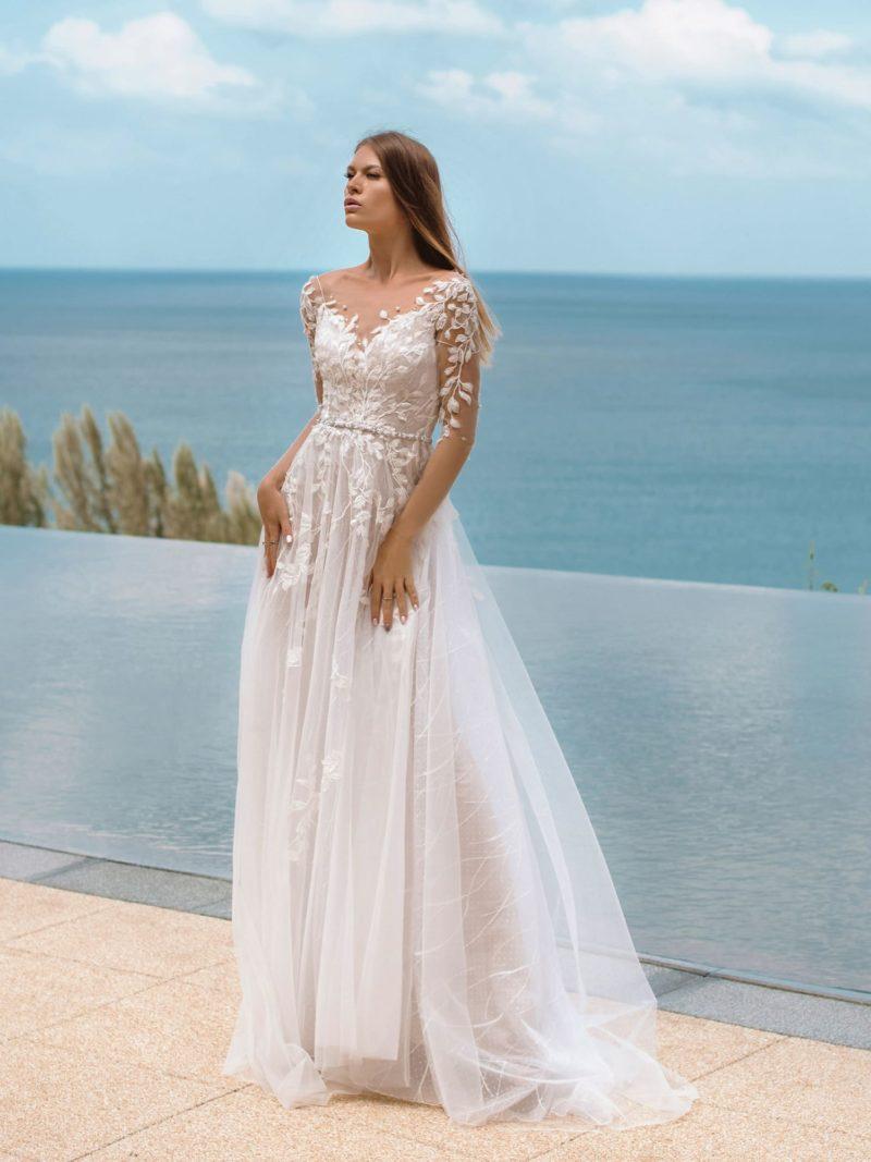 Легкое приталенное свадебное платье оттенка айвори