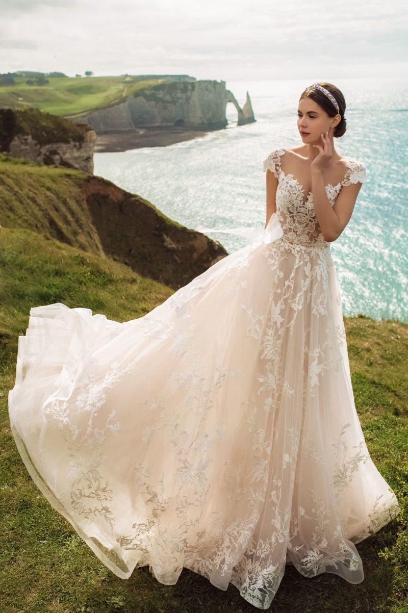 Свадебное платье в нежно-розовом цвете с пышной юбкой