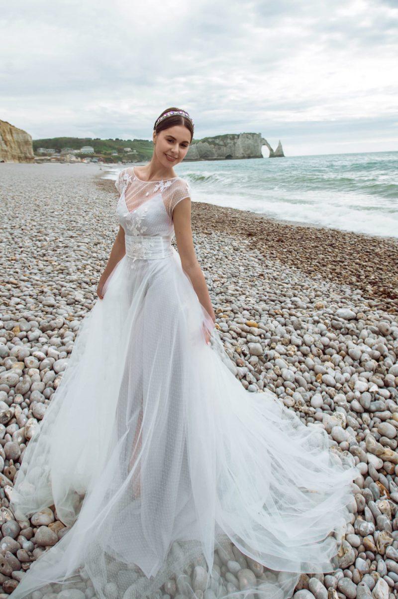 Свадебное платье с основой из дымчатого атласа
