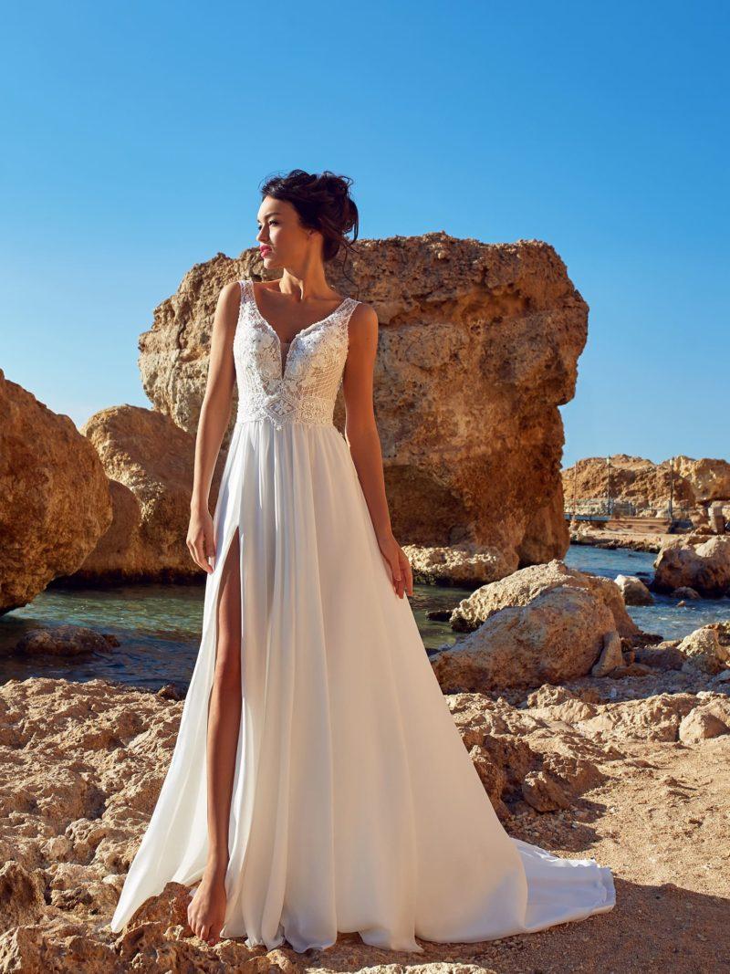 Легкое шелковое платье прямого кроя со шлейфом