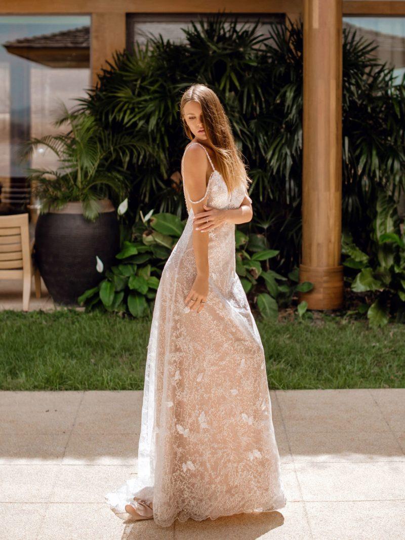 Приталенное свадебное платье цвета капучино