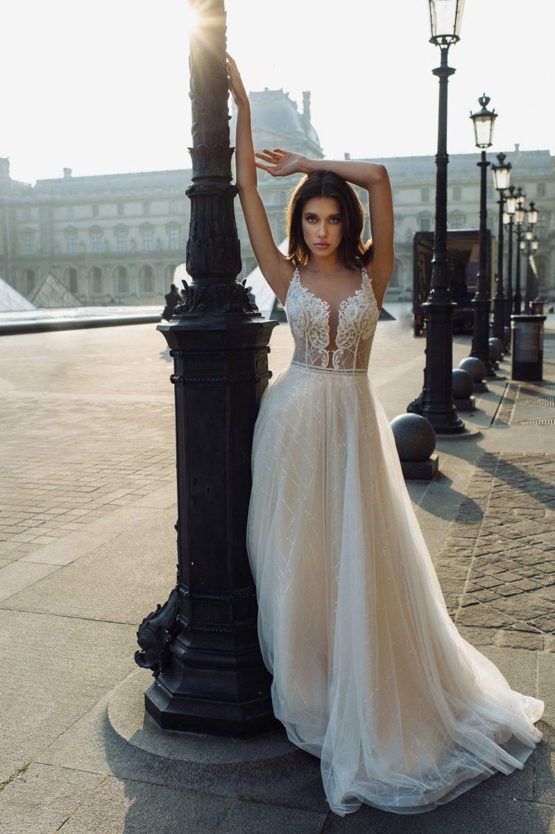 Приталенное свадебное платье пудрового оттенка