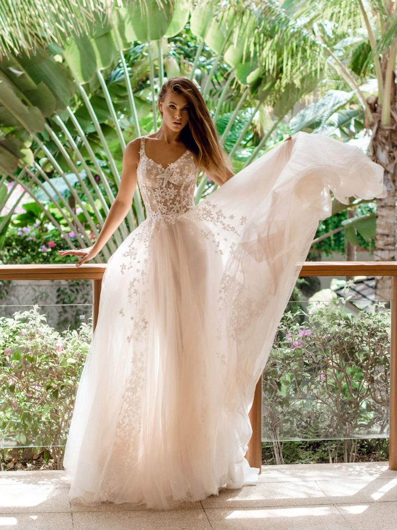 Свадебное платье с легкой юбкой из пудрового фатина