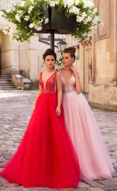 Роскошное вечернее платье с откровенным декольте