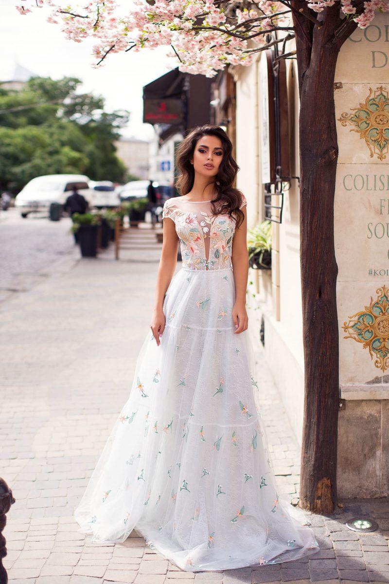 Нежное вечернее платье белого цвета с корсетом