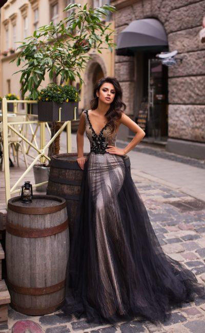 вечернее платье без рукавов с глубоким V-образным вырезом