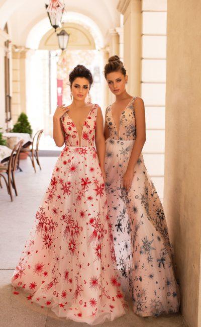 вечернее платье белого цвета с необычным цветным принтом