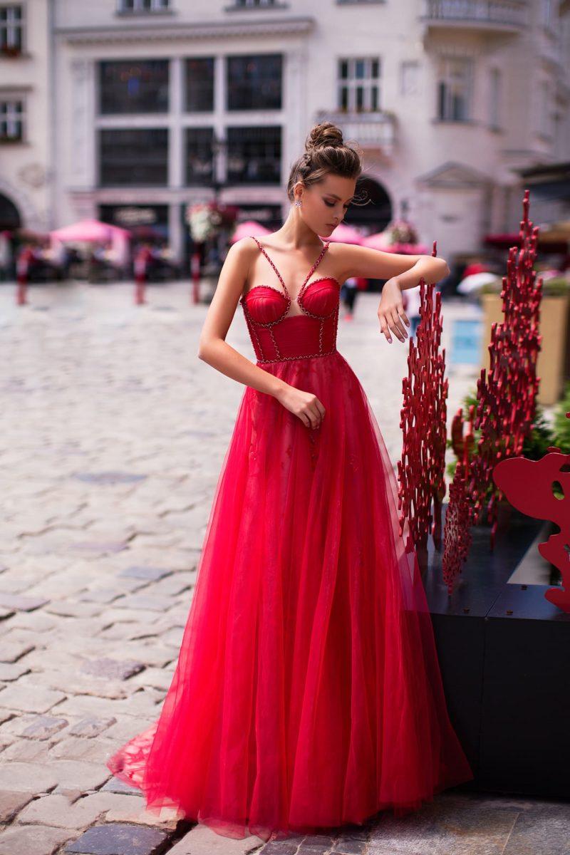 Яркое вечернее платье насыщенного карминного оттенка