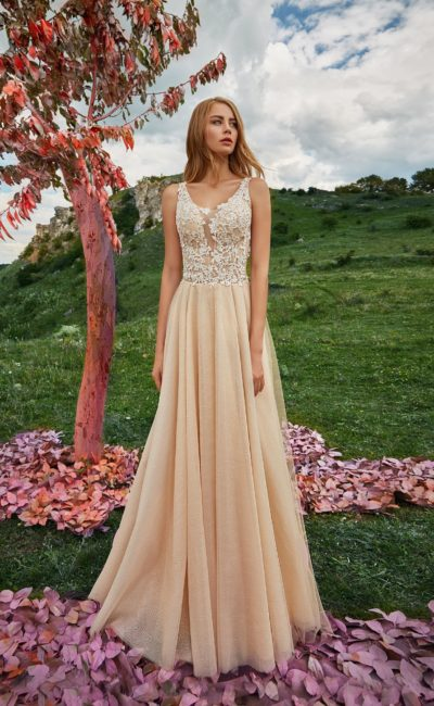 Цветное свадебное платье с прямым силуэтом