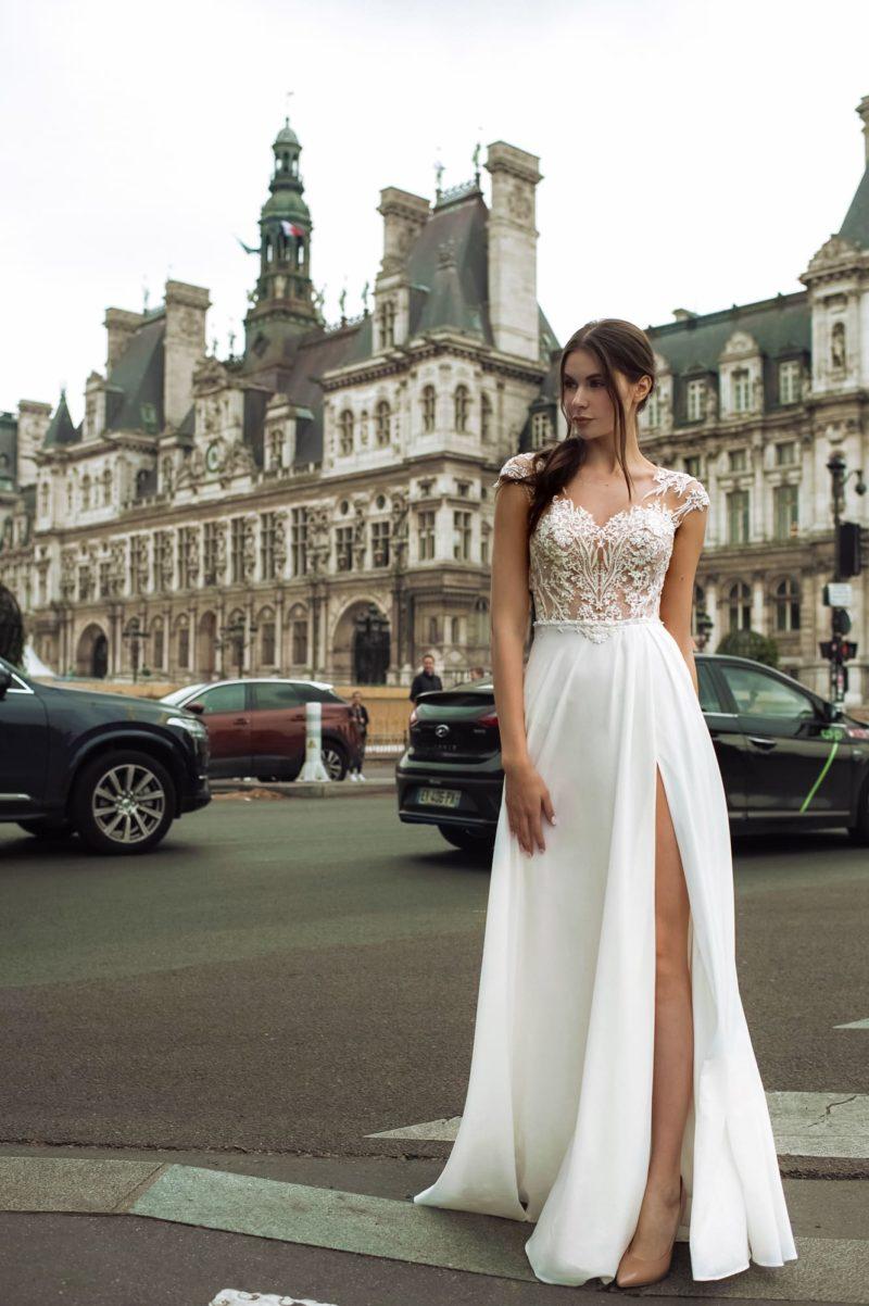 Свадебное платье прямого кроя сочетает кружево и атлас