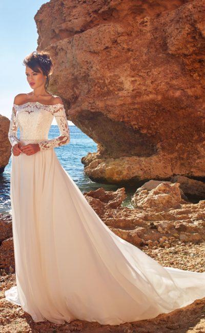Приталенное платье с прямой юбкой и длинными рукавами
