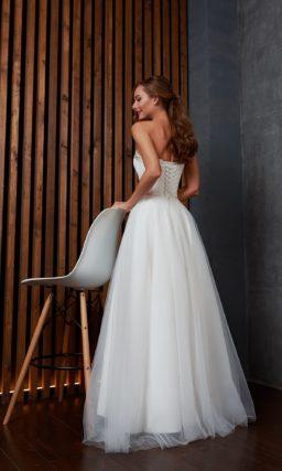 Элегантное свадебное платье с открытыми плечами