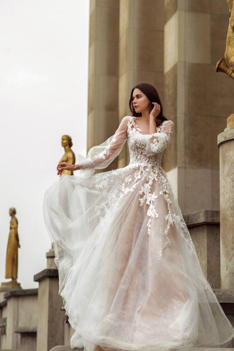Мерцающее свадебное платье оттенка капучино