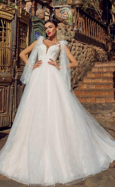 платье А-силуэта с открытой спиной и шлейфом